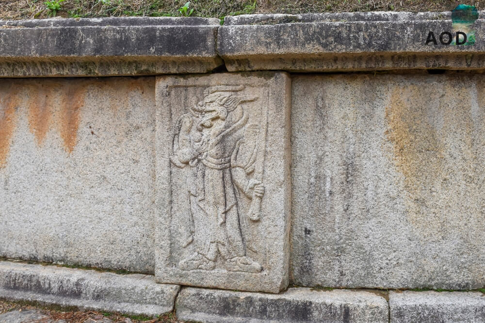Wesen mit Waffen in der Hand, die das Grab beschützen