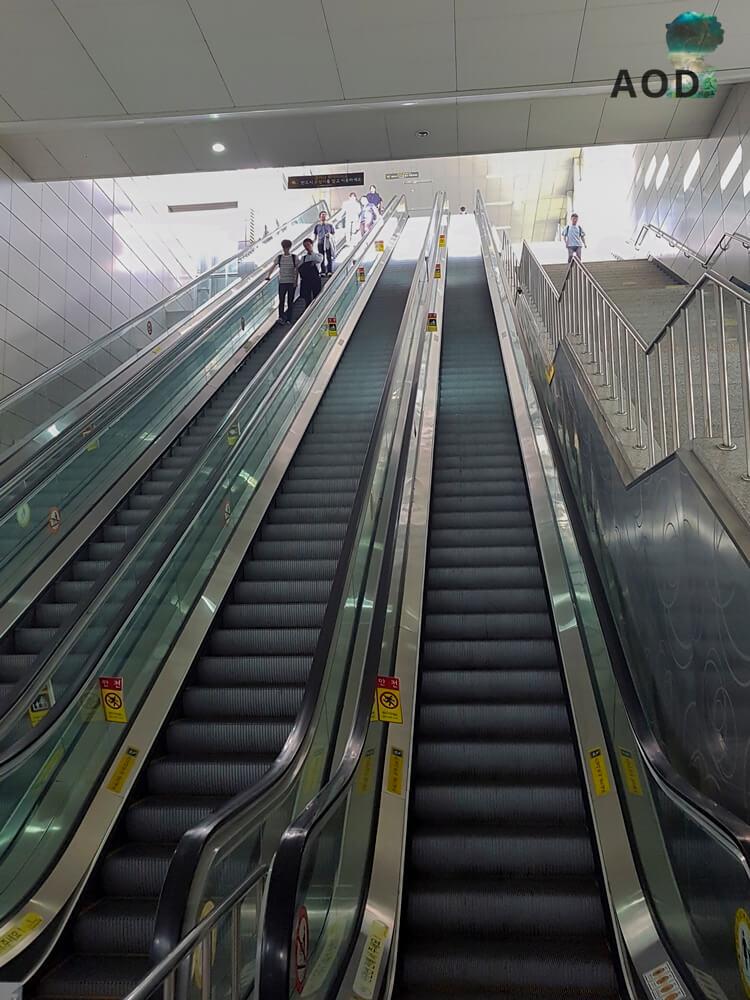 Rolltreppen in der U-Bahn in Seoul. Regel hier: Rechts stehen, links gehen. Macht Platz für die, die es eilig haben.