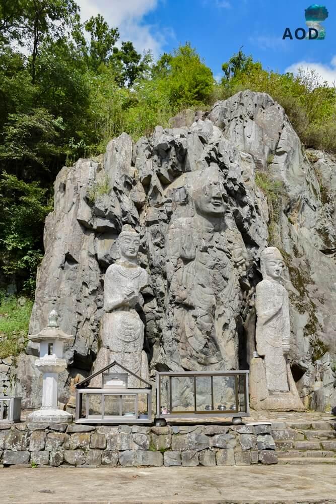 Buddhastatuen auf dem Berg