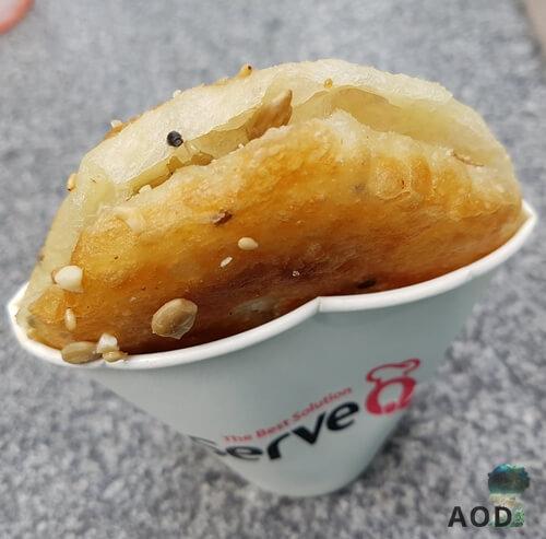 Hotteok am Straßenstand. Der Pancake wurde aufgeschnitten und mit einer Nuss-Zimt-Mischung gefüllt.