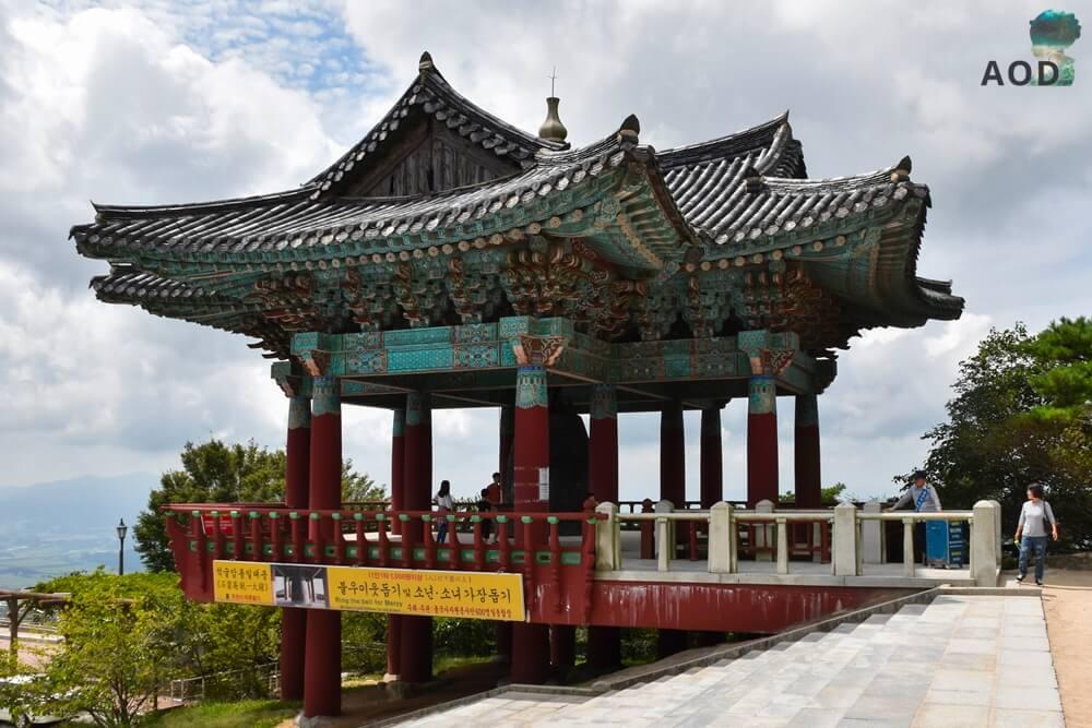 Auf dem Parkplatz kann man für 1000Won eine große Tempelglocke läuten