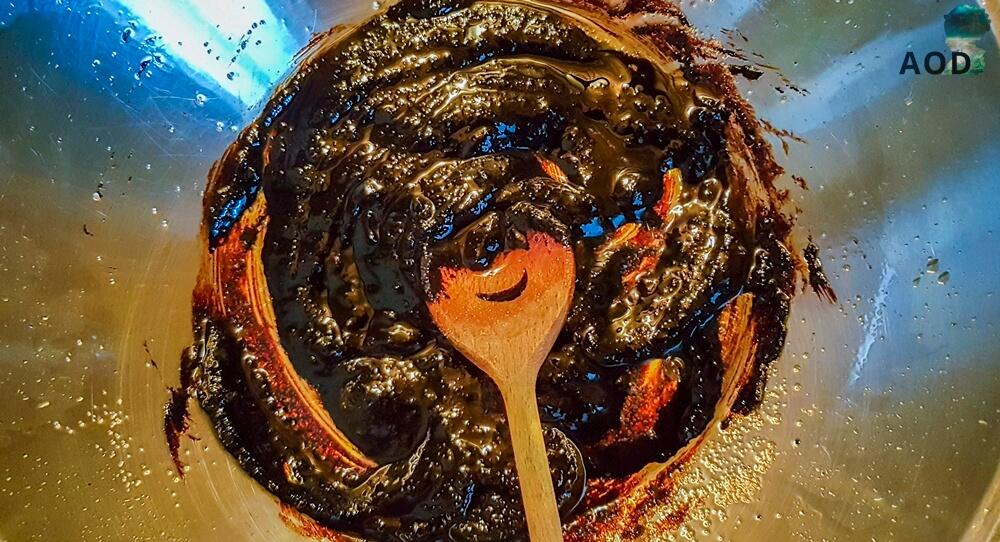 Jjajangmyeon Zubereitung - Bohnenpaste und Zucker zum Öl