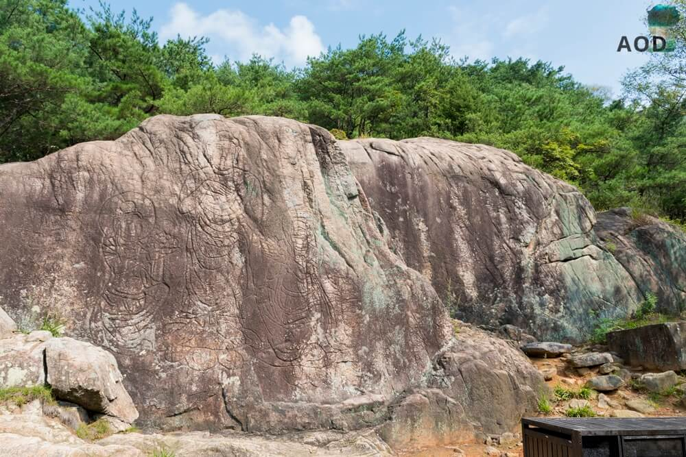 Sechs Buddhafiguren, die in Stein hineingemeißelt wurden