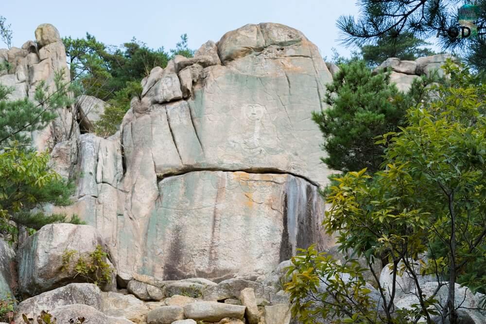 Weitere Buddhafigur in Stein gemeißelt