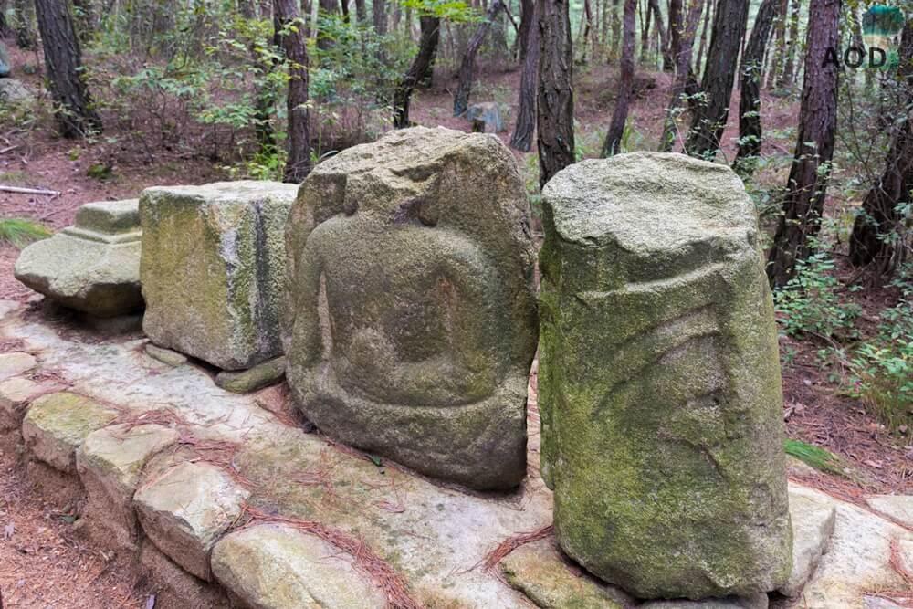 Erste Buddha Steine auf dem Weg