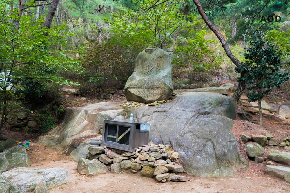 Erste Buddhasstatue auf dem Trail hinauf